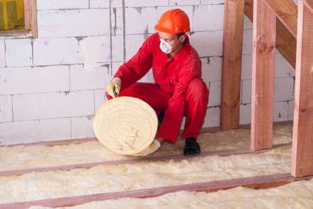 pracy izoluje poddasza wełną mineralną