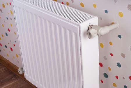 appena installato un nuovo radiatore di riscaldamento in acciaio