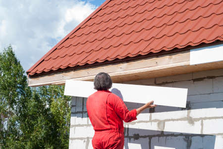 builder makes the eaves of the roof Stockfoto