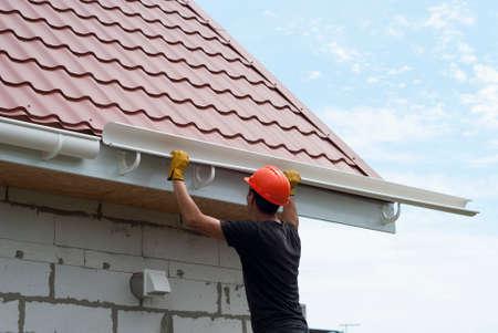 Werknemer installeert het roostersysteem op het dak