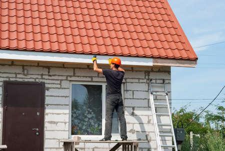 Bouwer maakt de dakrand van het dak