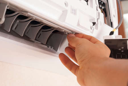 master regulates the air flow direction of the air conditioner