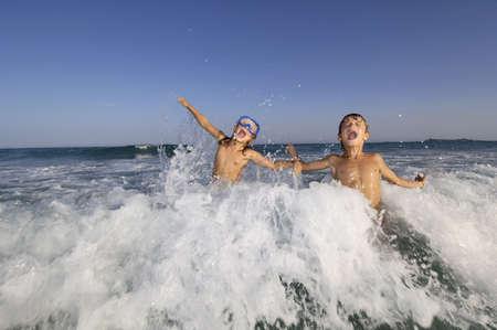 ni�os jugando en el mar Foto de archivo - 3749972
