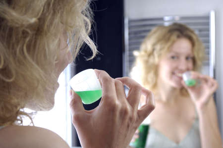 woman and mouthwash Standard-Bild