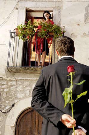 coquetear: mujer en un balc�n, hombre con Rosa