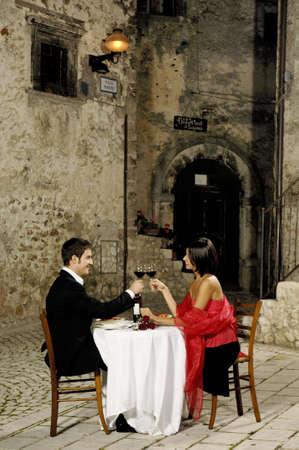 cena romantica: giovane coppia tostatura al ristorante