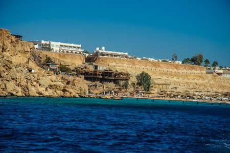 monte sinai: azul cielo azul mar montaña en el mar agradable fondo de arena