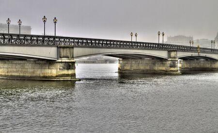 lampposts: Antiguo puente de acero, con postes de luz en un d�a brumoso. Foto de archivo