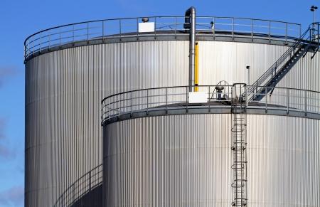 tanque de combustible: Industriales tanques de almacenamiento de combustible. Foto de archivo