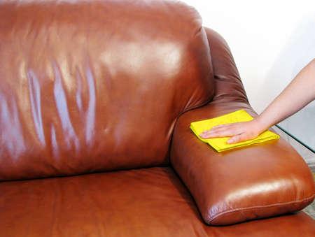 brown leather sofa: divano marrone pulizia mano umana Archivio Fotografico