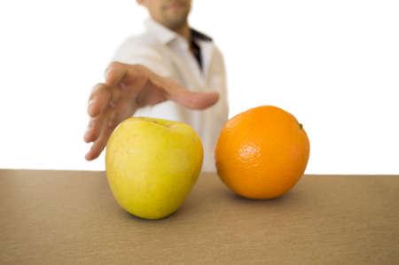 オレンジ色の横にあるリンゴを取ることを決めた