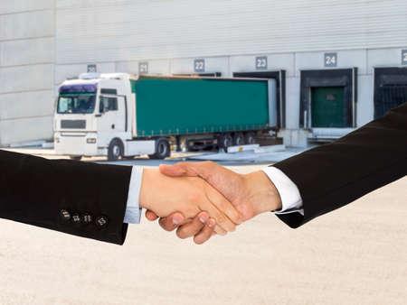 cerrando negocio: cerrar un trato con un apret�n de manos en el transporte y la log�stica empresarial