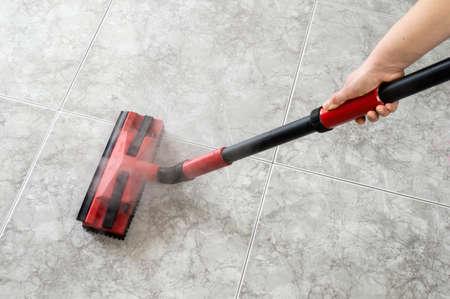 vrouw reinigen vloer stoomreiniger Stockfoto