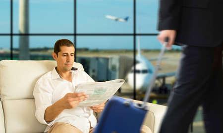 gente aeropuerto: Hombre de negocios que espera su vuelo en el área VIP