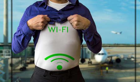 levantandose: el hombre en el pecho levantarse la camisa azul con wifi señal