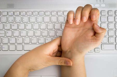 chory: Pracownik z bólu na nadgarstku przez ciężką pracę w biurze