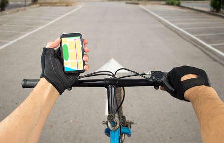 andando en bicicleta: Ver un mapa en el teléfono móvil en una bicicleta de ciudad y buscar coordenadas GPS