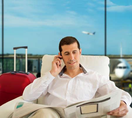 gente aeropuerto: noticias hombre economía comentando en aeropuerto zona vip