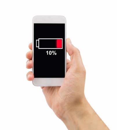 画面上に低バッテリを持つ携帯電話を保持する人間手のクローズ アップ。画面のすべてのコンテンツは、私たちのデザインやない他の人が著作権で