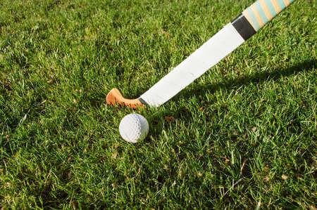 hockey sobre cesped: la batalla por el control del bal�n durante campo de juego de hockey