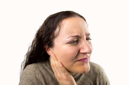 dolor de oido: primer plano de una mujer con un dolor de oído severa con el fondo blanco