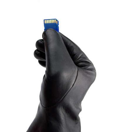 personalausweis: Hand in schwarzen Handschuh die Speicherkarte mit gestohlenen Daten halten