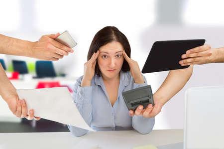 zakelijke vrouw overstelpt met zoveel werk Stockfoto