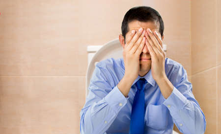 wc: Geschäftsmann in der Toilette mit Problemen der Verstopfung