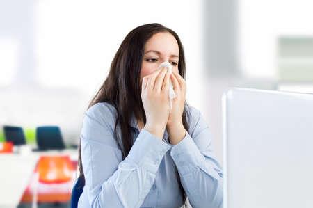 personne malade: femme d'affaires avec un rhume au bureau