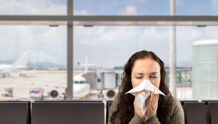 personas enfermas: Mujer enferma estornudos nariz que sopla con el fondo blanco Foto de archivo