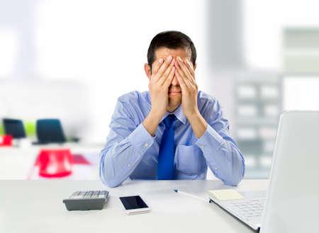 man benadrukt door het verlies van het werk door de mislukking systeem met de handen op het gezicht Stockfoto