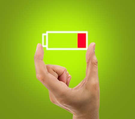 pila: Mano que muestra un icono de batería baja Foto de archivo