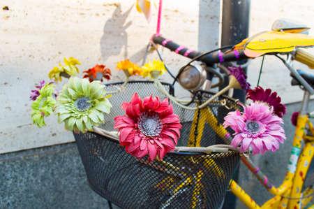 detalle de una bicicleta ornamental en la ciudad