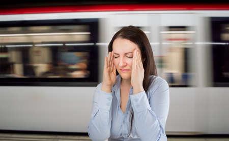 personas enfermas: Mujer con dolor de cabeza en la estaci�n de metro