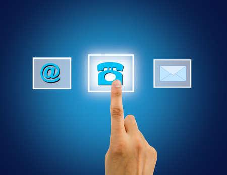 Neem contact met ons concept met behulp van vrouwelijke hand aanraken van een knop Stockfoto
