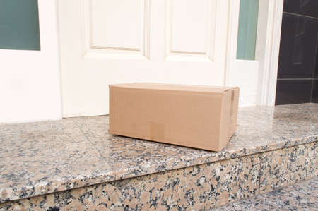 kartonnen doos op de vloer van de ingang van het huis