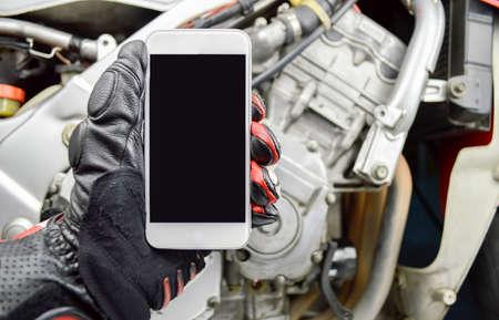 guantes: hombre motorista llamar a un mecánico con el teléfono