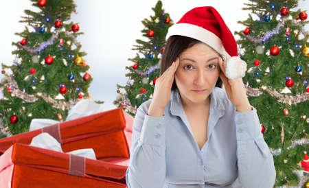 Stressad kvinna shopping för gåvor av jul med den röda Santa hatten ser arg och bekymrad