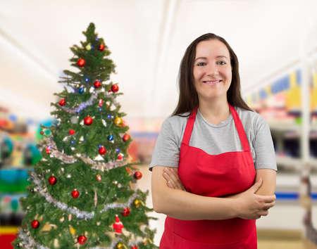 Portrait d'une vendeuse, les bras croisés sur Noël Banque d'images - 47717399
