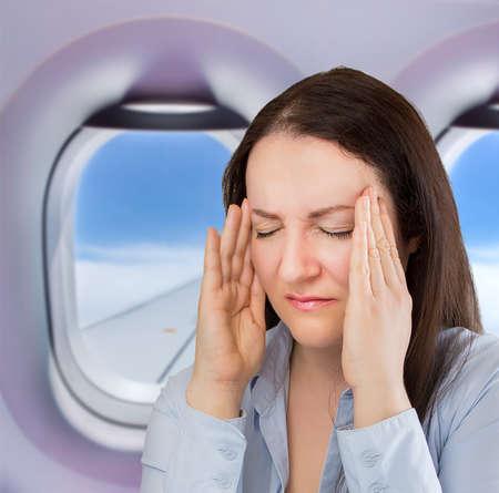 personas enfermas: empresaria en un vuelo con un gran dolor de cabeza Foto de archivo