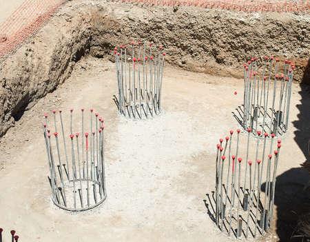 hormig�n: grupo de pilares de hormig�n en construcci�n con barras de acero reforzado o barras utilizadas para hormig�n armado Foto de archivo