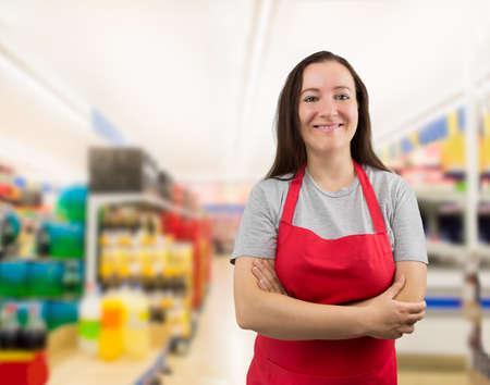 mujer trabajadora: retrato de una vendedora con los brazos cruzados en el supermercado