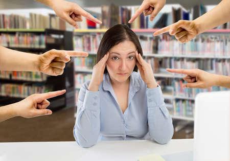 wiele rąk wskazujących przytłoczoną kobietę, która cierpi mobbing w college'u