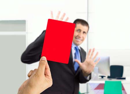 zakenman ontslagen door zijn baas met een rode kaart