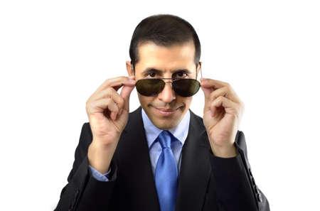 guardaespaldas: guardaespaldas mirando por encima de las gafas de sol sobre un fondo blanco