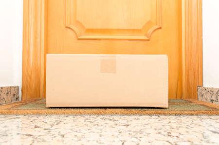Habida cuenta de la caja de cartón en el piso de la casa umbral Foto de archivo