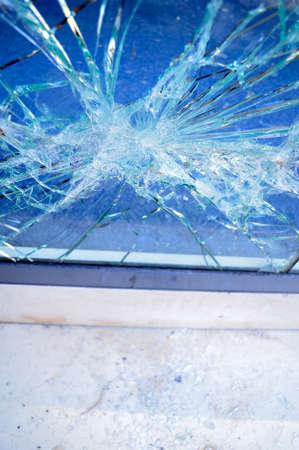 delincuencia: cerca de ventana roto vidrio de la oficina