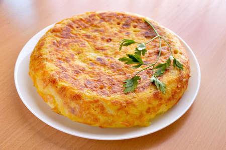 vue sur une omelette espagnole avec des oeufs pommes de terre et des oignons avec persil feuille sur le dessus