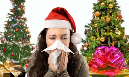 Mujer estornudos nariz que sopla enferma con el sombrero de santa