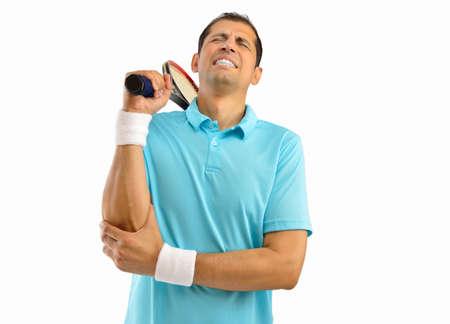 luxacion: Disparo de un jugador de tenis con una lesión en el codo sobre el fondo blanco